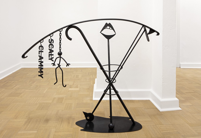 """Ein Objekt der vierteiligen Werkreihe """"Ballustrade"""" von Julie Béna aus dem Jahr 2020, das aus schwarz beschichtetem Stahl besteht und im Raum platziert ist. Den Objekten kommt Autonomie und Funktion gleichermaßen zu, sie sind Bild und tatsächlich Balustrade zugleich."""