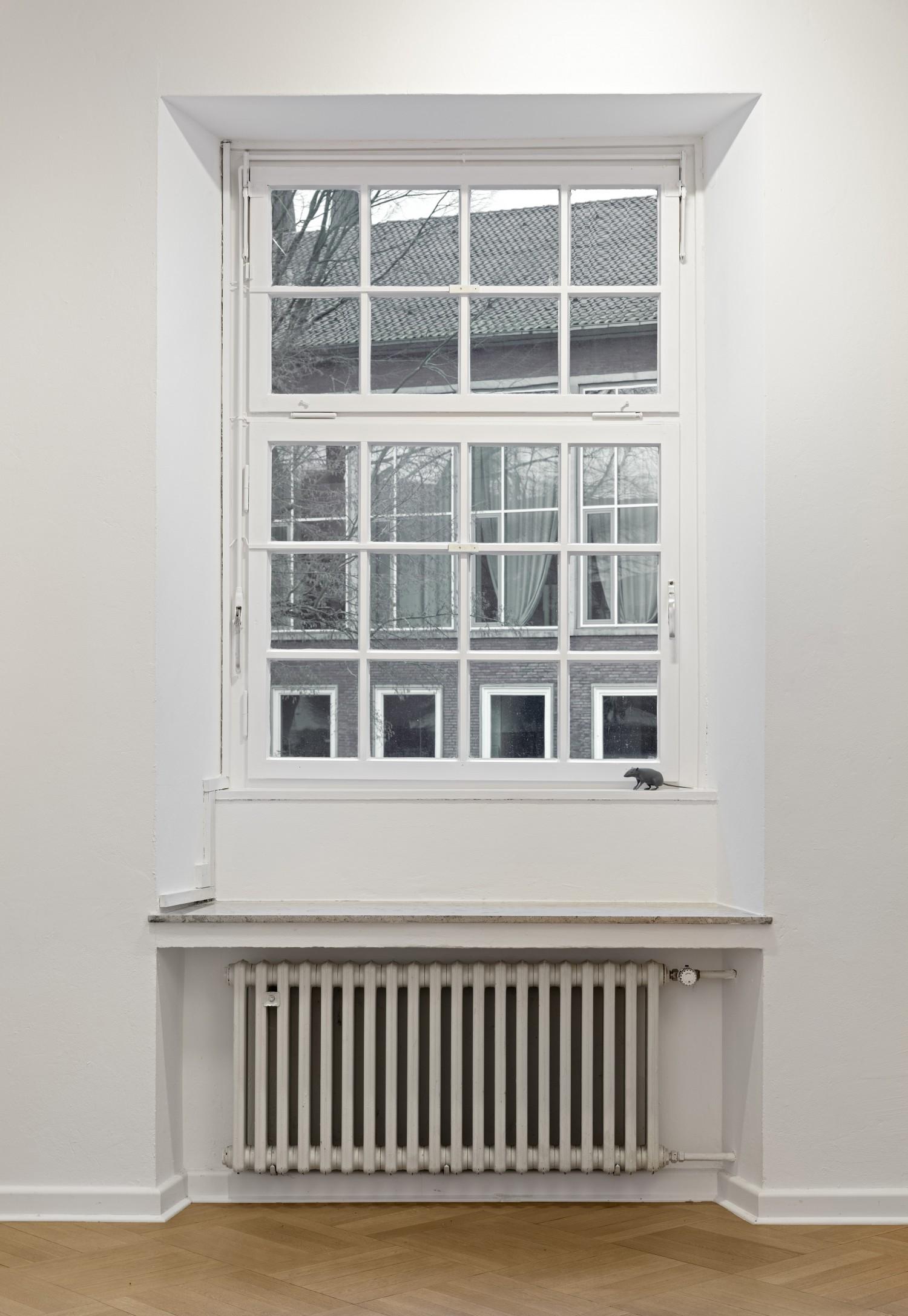 Eine 3D-gedruckte Maus auf dem Fensterbrett im Ausstellunsgraum platziert.