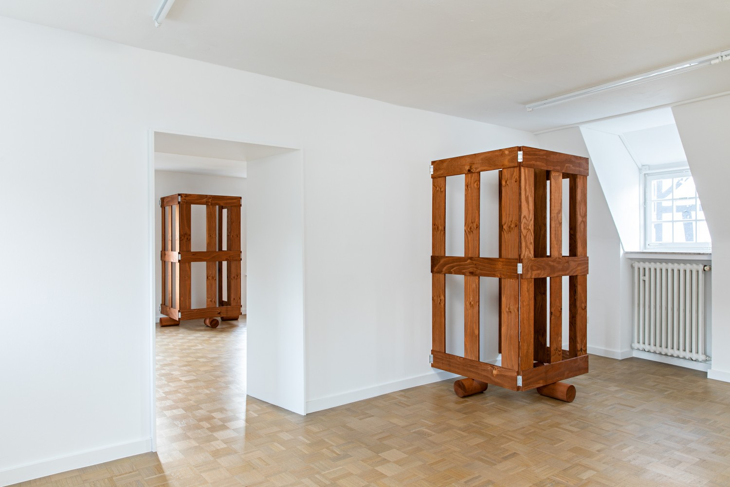 Wooden gates were also installed on the upper floor. One in the front room and two in the back, with only the frontmost and the rearmost visible in the exhibition view. In general, no more than two gates can be seen at any one time.