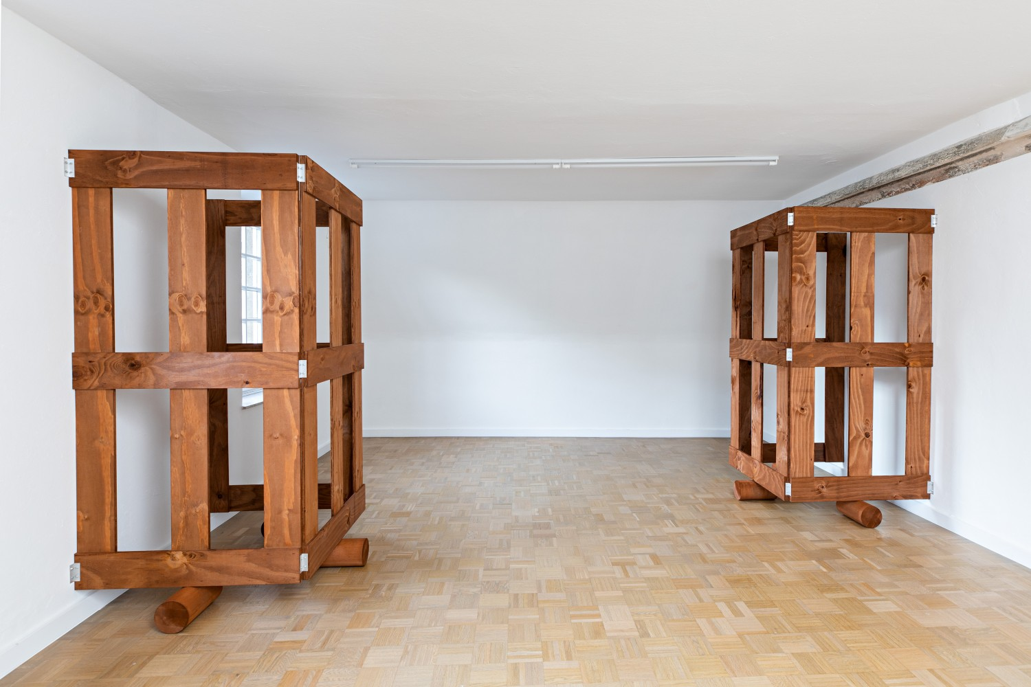 The small room on the upper floor is the only one in the entire exhibition where two gates face each other. They do not mirror each other, however, but can rather be understood as a continuation of the respective other part.
