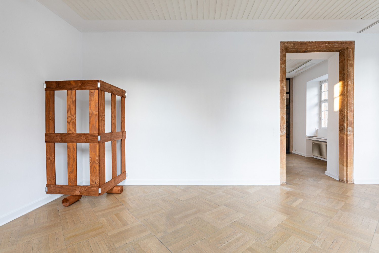 Back to the first object: the grid-like arrangement of the wooden gates now becomes clear. Even if one cannot see the object in the other room through the wall, it is now possible to imagine how the gate continues across walls and thus creates its own spaces.